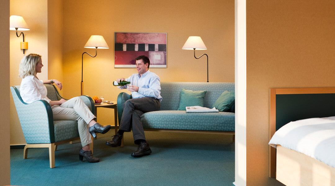 Begleitpersonen gemeinsam auf dem Zimmer in der Caspar Heinrich Klinik