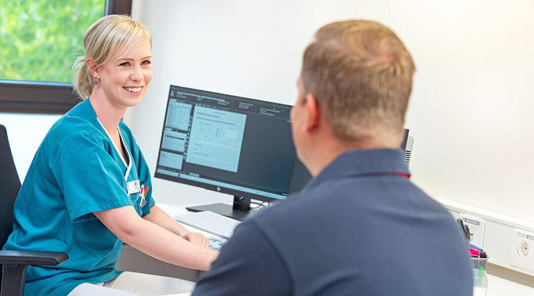 Beratung Gespräch mit Pflegerin in der Caspar Heinrich Klinik