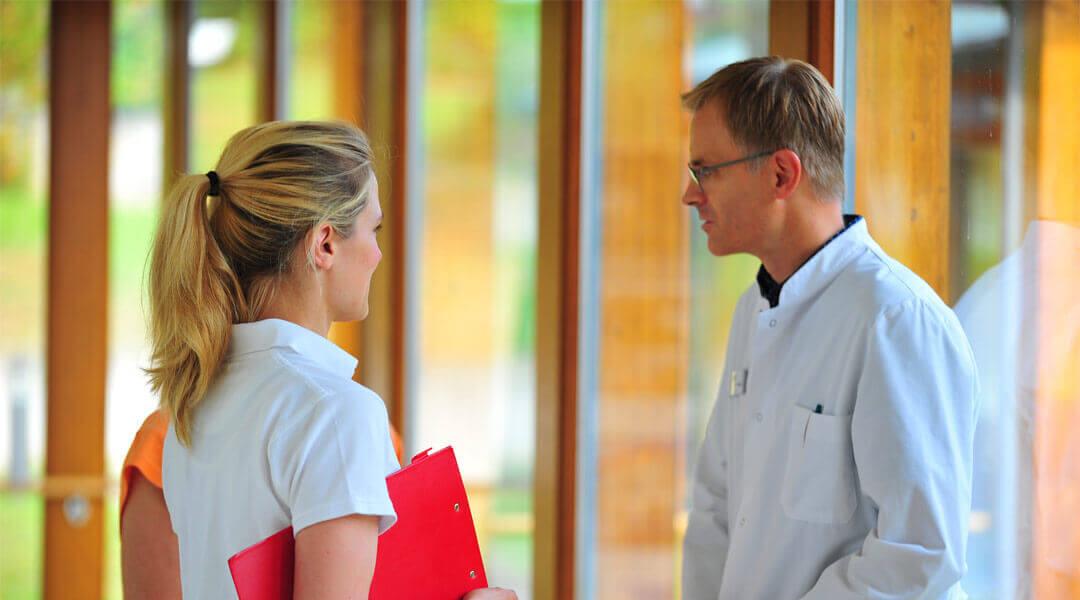 Chefarzt im Gespräch mit Therapeutin der Caspar Heinrich Klinik