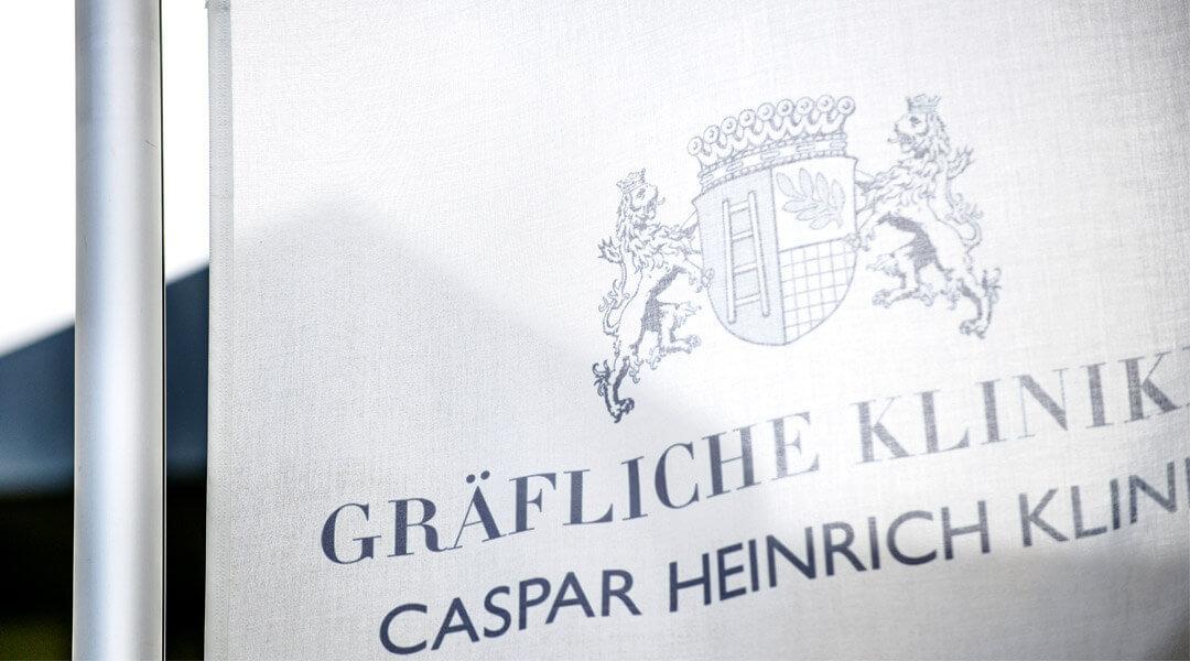 Flagge vor der Caspar Heinrich Klinik