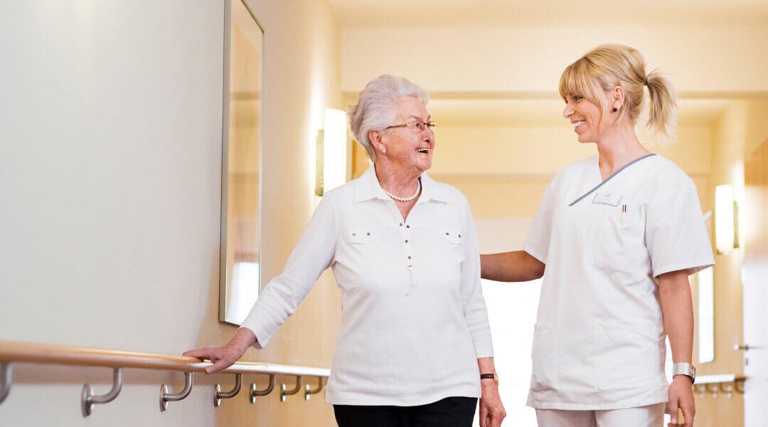 Freundliches Gespräch zwischen Patientin und Pflegerin in der Caspar Heinrich Klinik