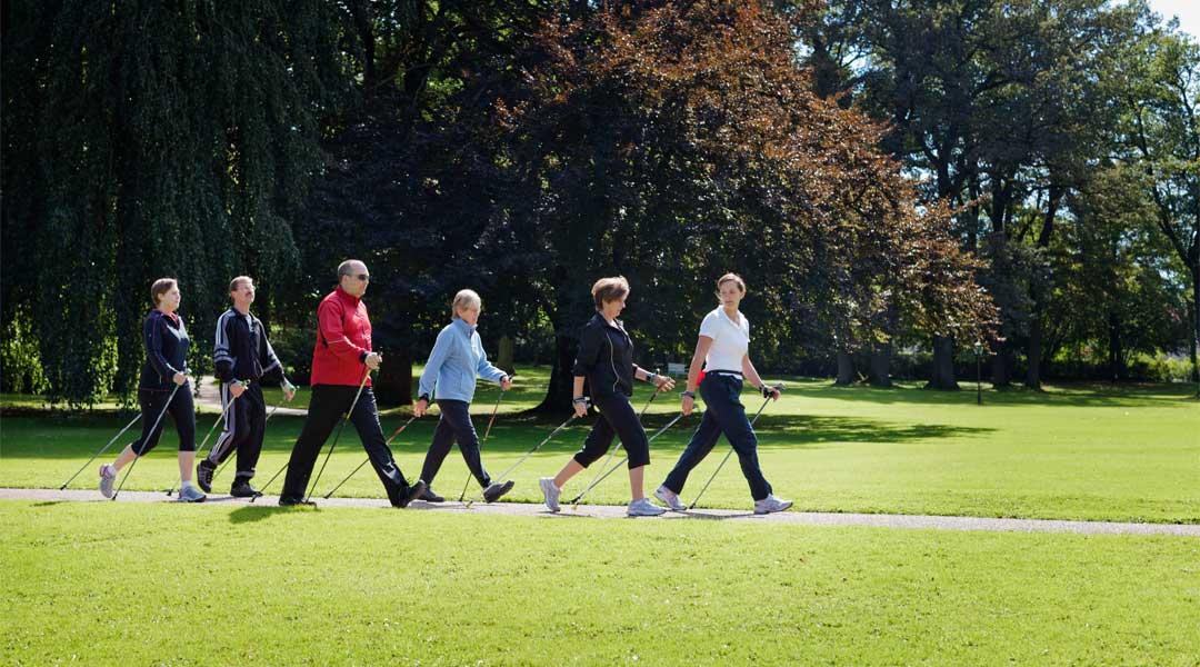 Nordic Walking Gruppe vor der Caspar Heinrich Klinik