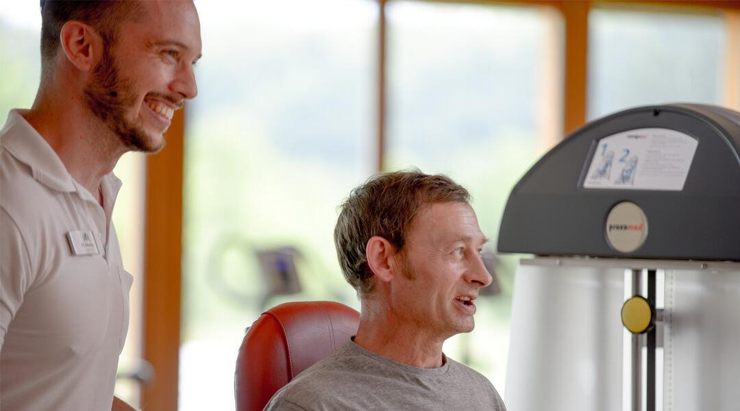 Patient mit Therapeut bei Sporttherapie in der Caspar Heinrich Klinik