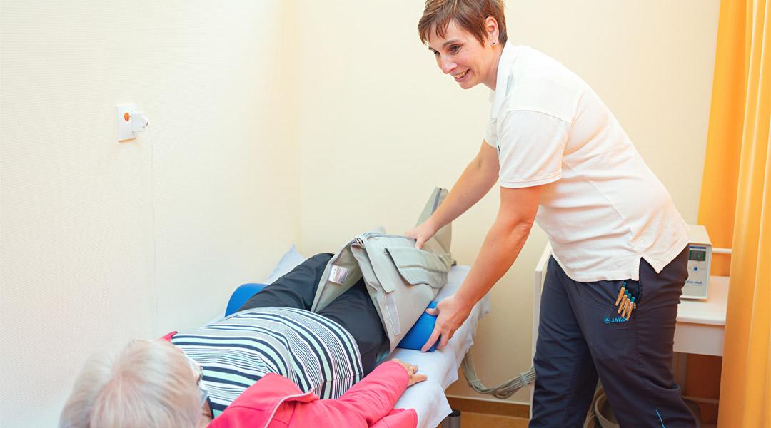 Patientin bei der Lymphdrainage in der Caspar Heinrich Klinik