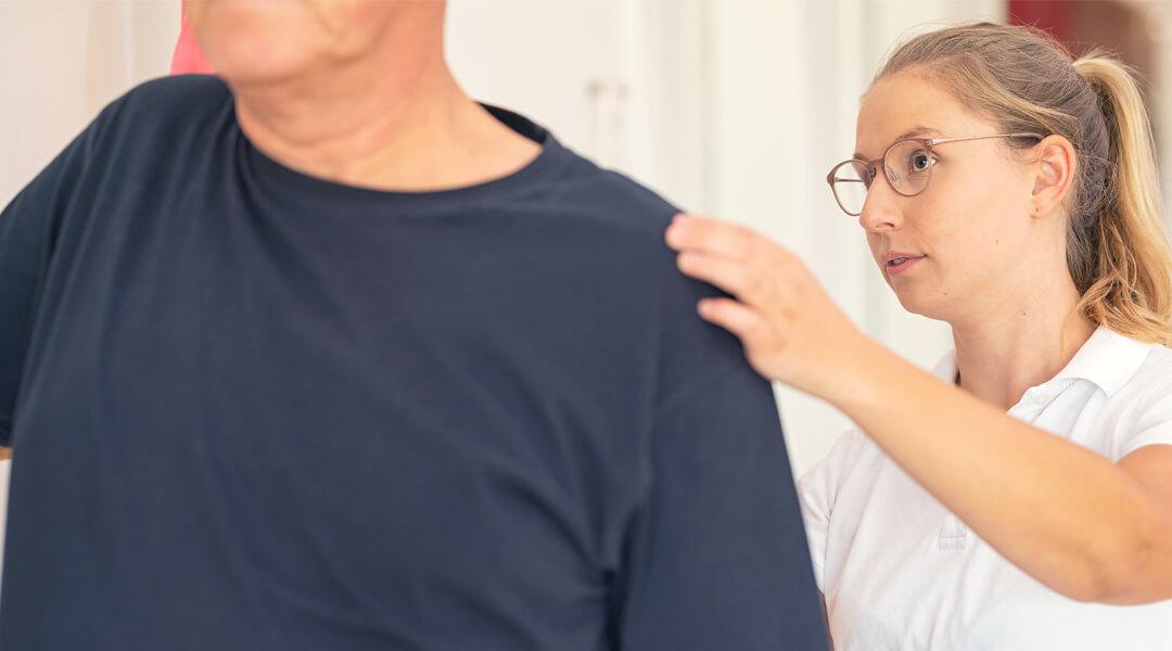 Bewegungsabläufe werden von den Therapeuten erklärt.