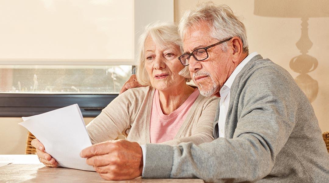 Senioren Paar schauen sich die Rehaformen der Caspar Heinrich Klinik an