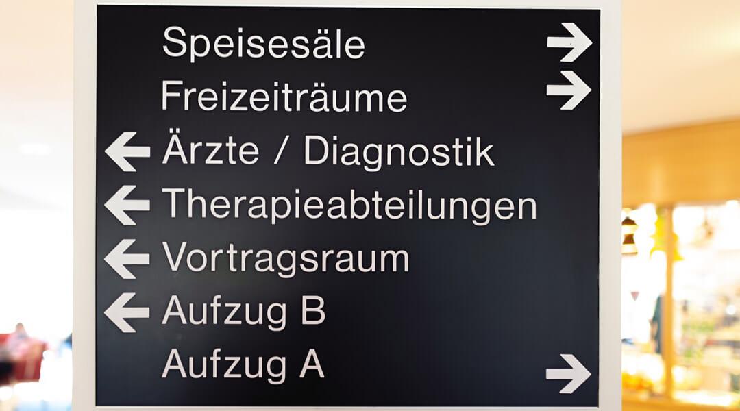 Wegweiser in der Caspar Heinrich Klinik